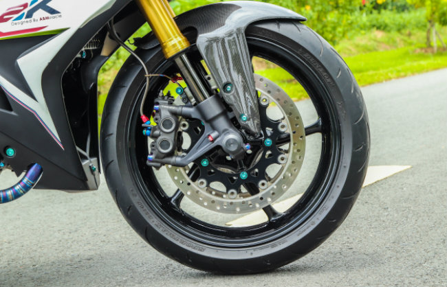"""Xe Yamaha Exciter độ """"hút sinh khí"""" từ các môtô hàng khủng 1546631565"""
